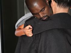 Kanye West jako słodki bobas w ramionach Kim Kardashian?