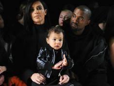 Ma 3 latka, własną stylistkę, fryzjerkę i manikiurzystkę – poznaj córkę Kim Kardashian