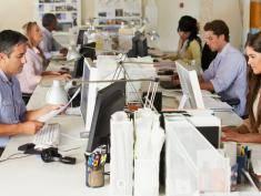 7 rzeczy, których nie powinieneś zakładać latem do biura
