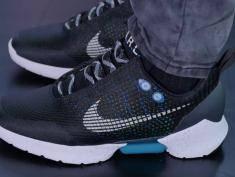 """Samowiążące buty jak z """"Powrotu do przyszłości"""" trafią do sprzedaży"""