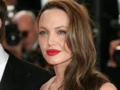 Angelina Jolie: mroczna diablica czy anioł niosący pomoc potrzebującym?