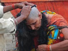 Z indyjskich slumsów do angielskich salonów fryzjerskich: oto jak przedłuża się i zagęszcza włosy