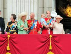 Zobacz najbardziej żenujące zdjęcie brytyjskiej rodziny królewskiej. Co oni na siebie założyli?