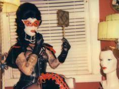Gospodyni domowa też może być wyzywająca! Zobacz zdjęcia pani domu w wersji BDSM