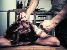 Wiem, że on ją bije. Jak pomóc osobie doświadczającej przemocy domowej w UK?