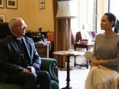 Angelina patrzyła w oczy biskupa Canterbury, a on na jej sterczące... sutki