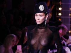 Odważna Bella Hadid z trudem zasłaniała swoje krocze na paryskim pokazie!
