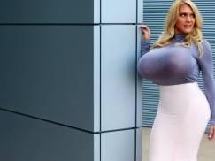 Spełniła swoje życiowe marzenie. Ma piersi większe niż jej głowa!