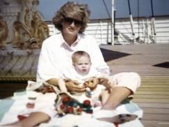 Rodzina królewska pokazała niepublikowane wcześniej zdjęcia księżnej Diany!