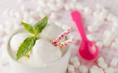 Zdrowy deser na upalne dni: domowe lody jogurtowe