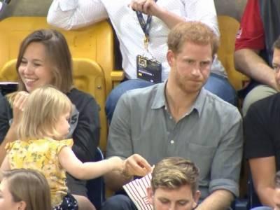 Rozczulający moment! Zobacz jaka dziewczynka podkrada popcorn... księciu Harry'emu [wideo]