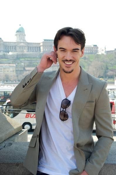 Nie poznasz go: elegancki aktor pijący wódkę na ulicach Londynu