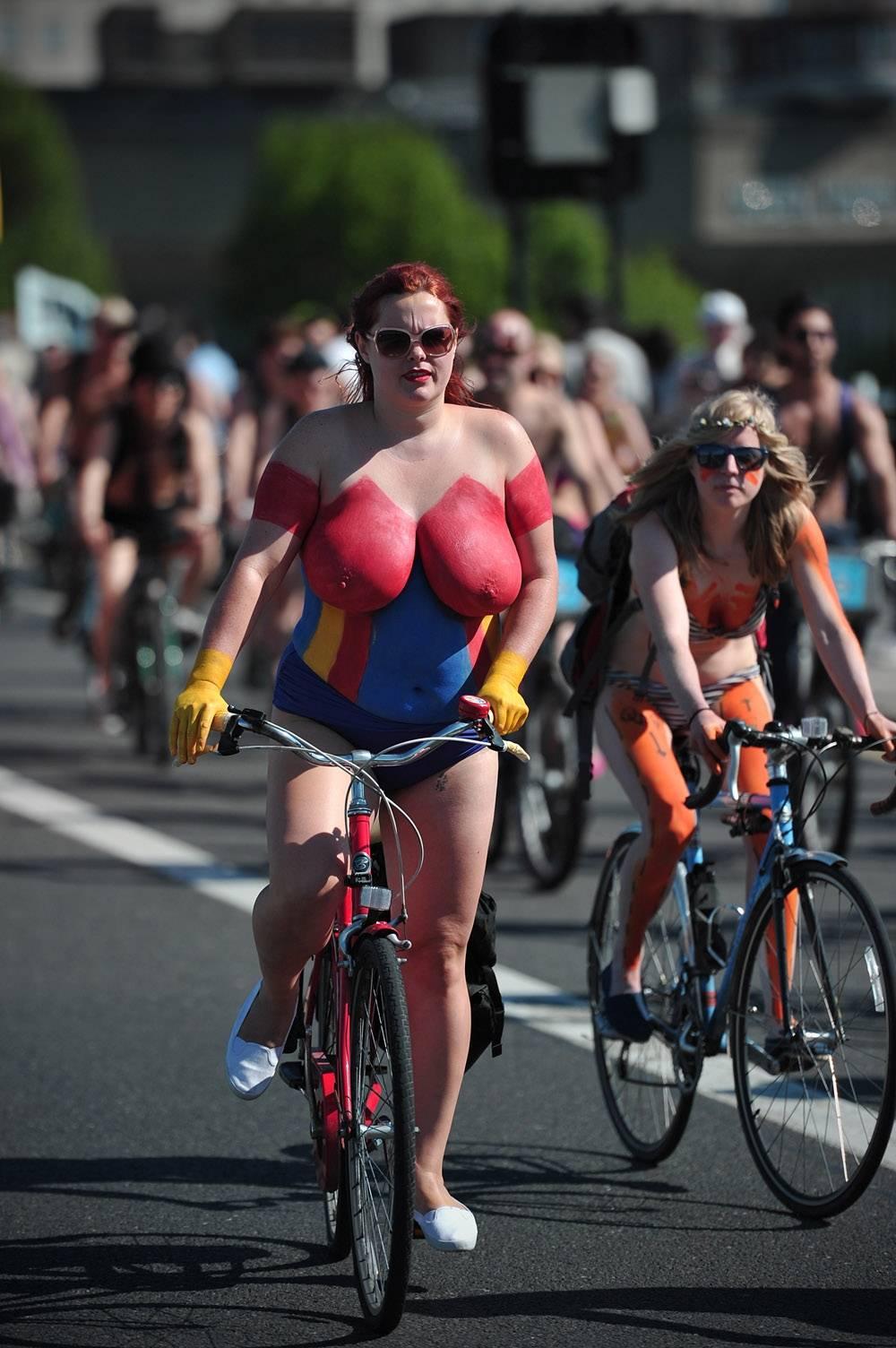 Nadzy rowerzyści robią furorę w sieci! Zobacz zdjęcia!