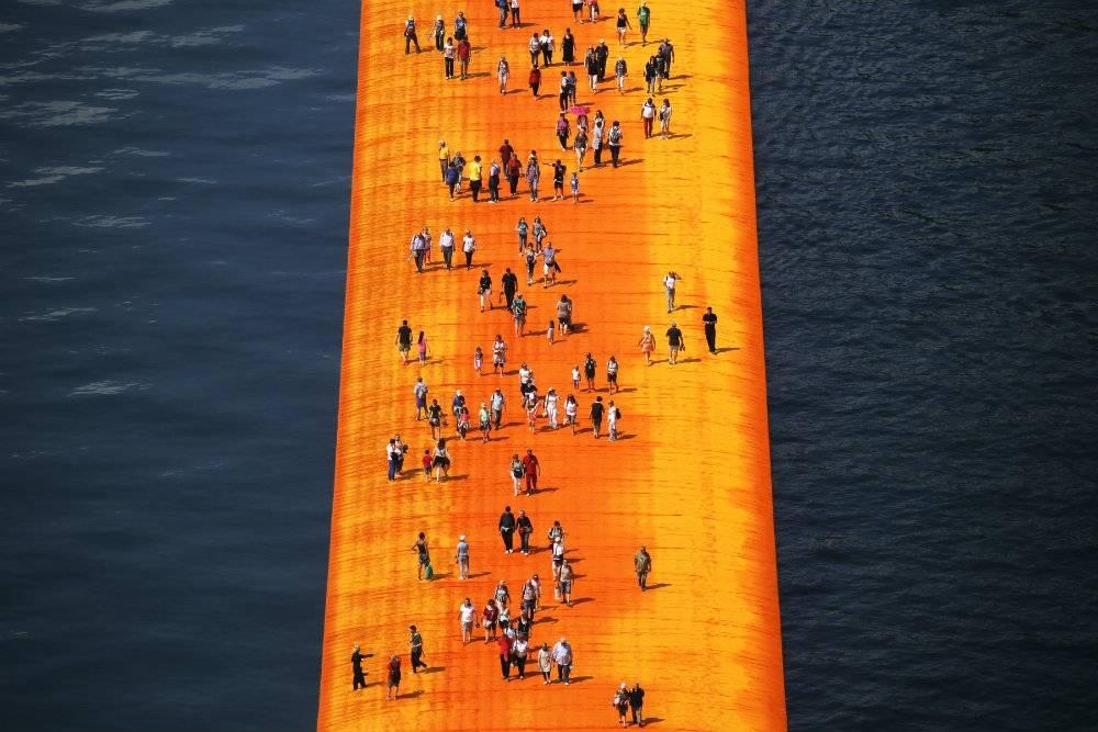 Chciałbyś chodzić po wodzie? Dzięki temu artyście możesz to zrobić!