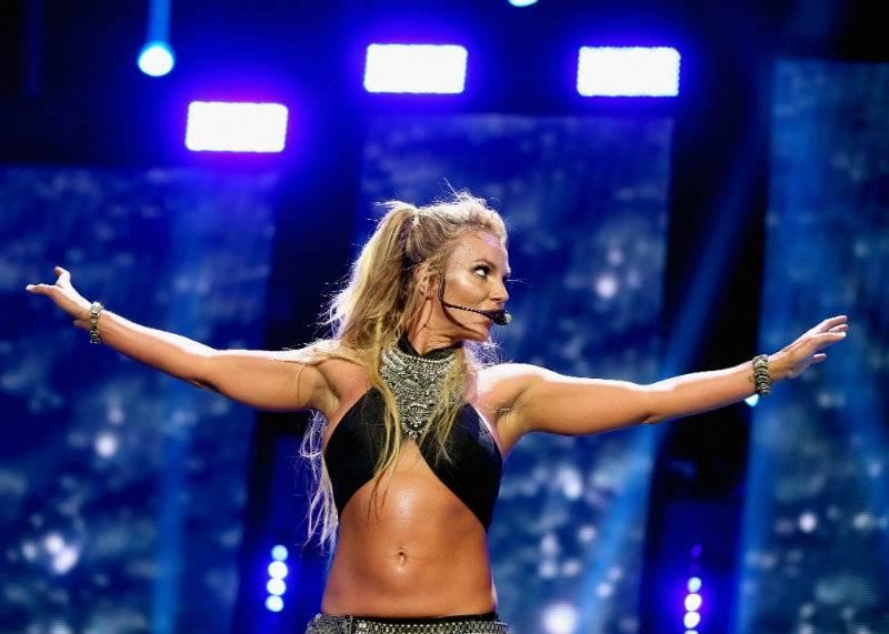 Wpadka Britney Spears: wokalistka pokazała na scenie nagie piersi [wideo]