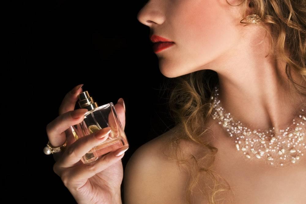 Chcesz pachnieć perfumami dłużej niż jeden dzień? Poznaj sekret perfumiarzy