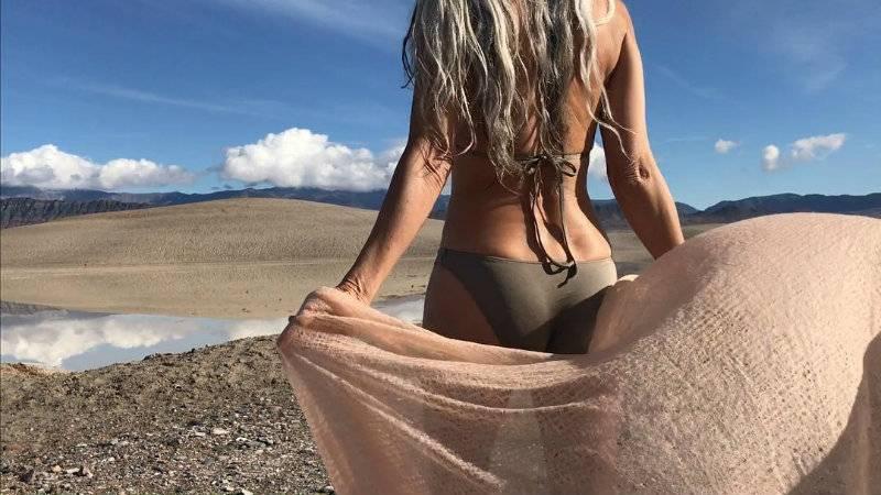 61-letnia modelka podbija Internet kuszącymi zdjęciami