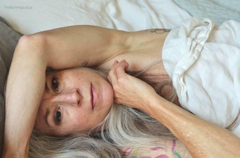 Wytatuowana 56-latka robi furorę swoimi nagimi zdjęciami