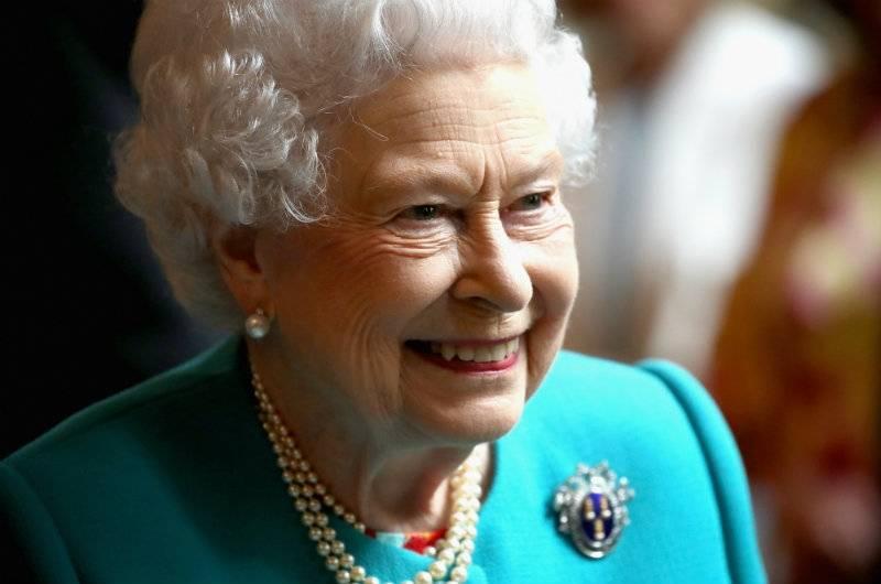 """Królowa Elżbieta w świetnej formie na """"garden party"""" i na wyścigach konnych!"""