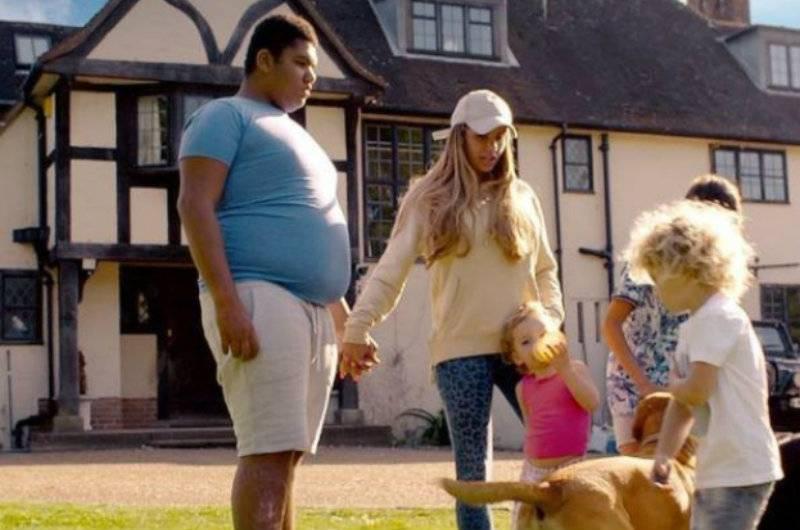 Brytyjska celebrytka chce zamówić prostytutkę dla swojego syna! Zgadniecie która?