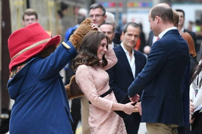 Urocze zdjęcia ciężarnej Kate Middleton! Księżna Cambridge tańczyła z... misiem Paddingtonem [wideo]